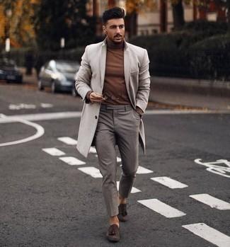 Dunkelgraue Chinohose kombinieren – 500+ Herren Outfits kalt Wetter: Paaren Sie einen beigen Mantel mit einer dunkelgrauen Chinohose für einen für die Arbeit geeigneten Look. Fühlen Sie sich ideenreich? Wählen Sie dunkelbraunen Wildleder Slipper mit Quasten.