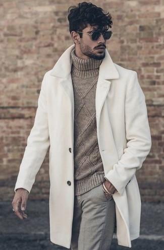Dunkelgraue Chinohose kombinieren – 500+ Herren Outfits kalt Wetter: Kombinieren Sie einen weißen Mantel mit einer dunkelgrauen Chinohose, um einen modischen Freizeitlook zu kreieren.