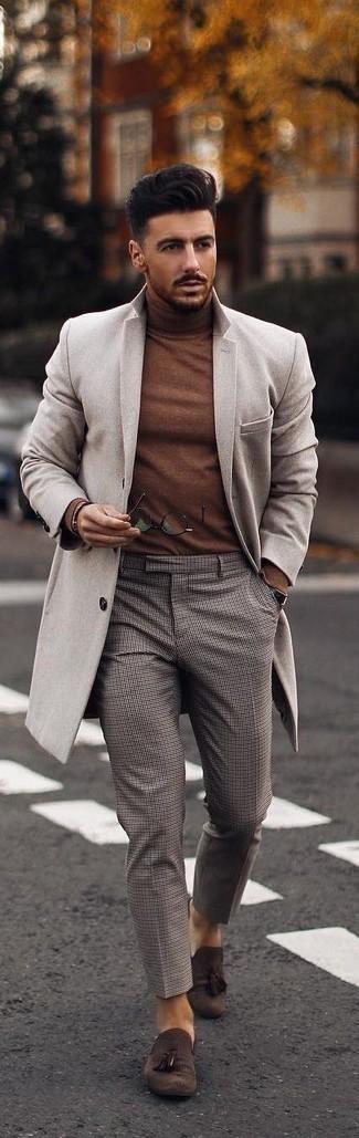 Dunkelgraue Chinohose kombinieren – 500+ Herren Outfits kalt Wetter: Tragen Sie einen beigen Mantel und eine dunkelgraue Chinohose für Ihren Bürojob. Machen Sie Ihr Outfit mit dunkelbraunen Wildleder Slippern mit Quasten eleganter.