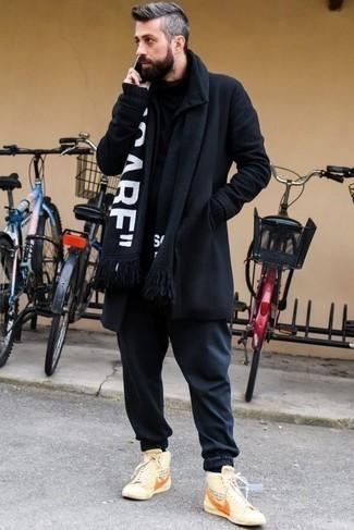 Schwarzen Rollkragenpullover kombinieren – 500+ Herren Outfits: Kombinieren Sie einen schwarzen Rollkragenpullover mit einer dunkelblauen Chinohose für ein Alltagsoutfit, das Charakter und Persönlichkeit ausstrahlt. Fühlen Sie sich ideenreich? Komplettieren Sie Ihr Outfit mit hellbeige bedruckten hohen Sneakers aus Segeltuch.