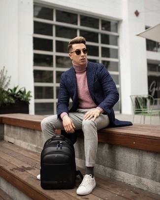 Rosa Rollkragenpullover kombinieren: trends 2020: Vereinigen Sie einen rosa Rollkragenpullover mit einer hellbeige Chinohose für ein Alltagsoutfit, das Charakter und Persönlichkeit ausstrahlt. Fühlen Sie sich ideenreich? Ergänzen Sie Ihr Outfit mit weißen Segeltuch niedrigen Sneakers.