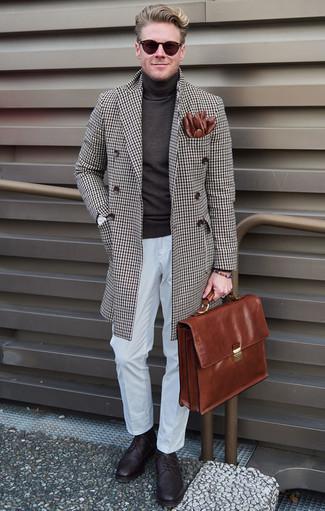 Braune Leder Aktentasche kombinieren: trends 2020: Für ein bequemes Couch-Outfit, tragen Sie einen braunen Mantel mit Karomuster und eine braune Leder Aktentasche. Komplettieren Sie Ihr Outfit mit dunkellila Leder Brogues, um Ihr Modebewusstsein zu zeigen.