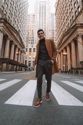 Braune Leder Brogues kombinieren: trends 2020: Kombinieren Sie einen camel Mantel mit einer dunkelgrauen Chinohose, um einen eleganten, aber nicht zu festlichen Look zu kreieren. Vervollständigen Sie Ihr Outfit mit braunen Leder Brogues, um Ihr Modebewusstsein zu zeigen.
