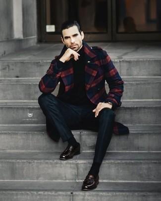Dunkelbraune Leder Slipper mit Quasten kombinieren – 238 Smart-Casual Herren Outfits: Kombinieren Sie einen dunkelblauen Mantel mit Schottenmuster mit einer dunkelgrünen Chinohose für Ihren Bürojob. Fühlen Sie sich ideenreich? Wählen Sie dunkelbraunen Leder Slipper mit Quasten.