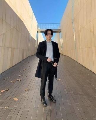 dunkelblauer Mantel, grauer Wollrollkragenpullover, schwarze Chinohose, schwarze Leder Derby Schuhe für Herren