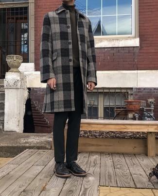 Wie Rollkragenpullover mit Mantels zu kombinieren – 500+ Herren Outfits: Paaren Sie einen Mantel mit einem Rollkragenpullover für einen für die Arbeit geeigneten Look. Fühlen Sie sich mutig? Komplettieren Sie Ihr Outfit mit schwarzen Leder Derby Schuhen.