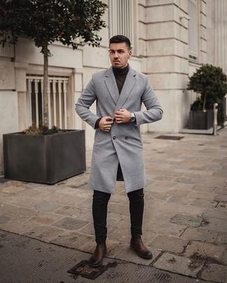 Dunkelbraunen Rollkragenpullover kombinieren – 142 Herren Outfits: Erwägen Sie das Tragen von einem dunkelbraunen Rollkragenpullover und einer schwarzen Chinohose, um mühelos alles zu meistern, was auch immer der Tag bringen mag. Setzen Sie bei den Schuhen auf die klassische Variante mit dunkelbraunen Chelsea Boots aus Leder.
