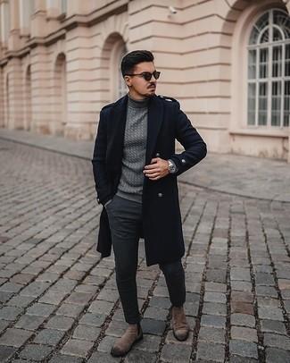 Dunkelblauen Mantel kombinieren – 88 Herren Outfits: Tragen Sie einen dunkelblauen Mantel und eine dunkelgraue Chinohose, um einen modischen Freizeitlook zu kreieren. Braune Chelsea Boots aus Wildleder putzen umgehend selbst den bequemsten Look heraus.