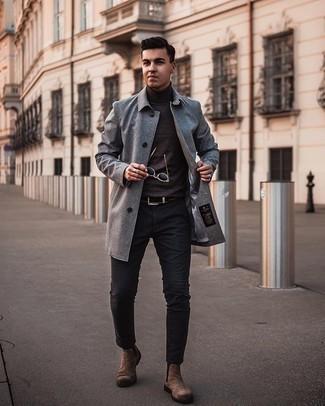 Dunkelbraunen Rollkragenpullover kombinieren – 142 Herren Outfits: Die Kombination von einem dunkelbraunen Rollkragenpullover und einer dunkelgrauen Chinohose erlaubt es Ihnen, Ihren Freizeitstil klar und einfach zu halten. Fühlen Sie sich mutig? Wählen Sie braunen Chelsea Boots aus Wildleder.