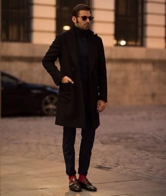 Schwarzen Mantel kombinieren – 500+ Herren Outfits: Die Paarung aus einem schwarzen Mantel und einer schwarzen Chinohose ist eine gute Wahl für einen Tag im Büro. Komplettieren Sie Ihr Outfit mit schwarzen Leder Slippern, um Ihr Modebewusstsein zu zeigen.