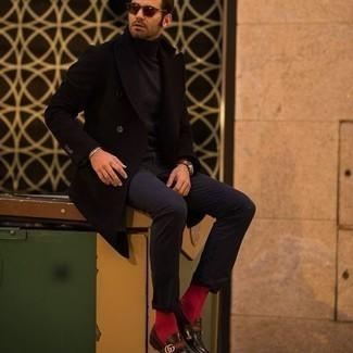 kühl Wetter Outfits Herren 2020: Tragen Sie einen schwarzen Mantel und eine dunkelblaue Chinohose für Ihren Bürojob. Fühlen Sie sich ideenreich? Vervollständigen Sie Ihr Outfit mit dunkelbraunen Leder Slippern.