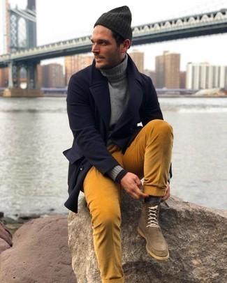 Braune Wildlederfreizeitstiefel kombinieren – 250 Herren Outfits: Erwägen Sie das Tragen von einem dunkelblauen Mantel und einer rotbraunen Cord Chinohose für Ihren Bürojob. Vervollständigen Sie Ihr Look mit einer braunen Wildlederfreizeitstiefeln.