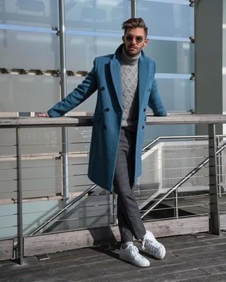 Dunkelgraue Chinohose kombinieren – 500+ Herren Outfits kalt Wetter: Perfektionieren Sie den modischen Freizeitlook mit einem blauen Mantel und einer dunkelgrauen Chinohose. Fühlen Sie sich ideenreich? Vervollständigen Sie Ihr Outfit mit weißen Leder niedrigen Sneakers.