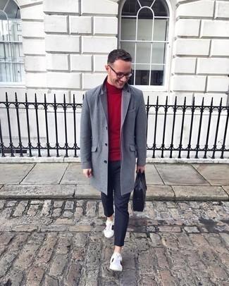 Weiße bedruckte Leder niedrige Sneakers kombinieren – 118 Herren Outfits: Vereinigen Sie einen grauen Mantel mit einer dunkelgrauen Chinohose, wenn Sie einen gepflegten und stylischen Look wollen. Wenn Sie nicht durch und durch formal auftreten möchten, vervollständigen Sie Ihr Outfit mit weißen bedruckten Leder niedrigen Sneakers.
