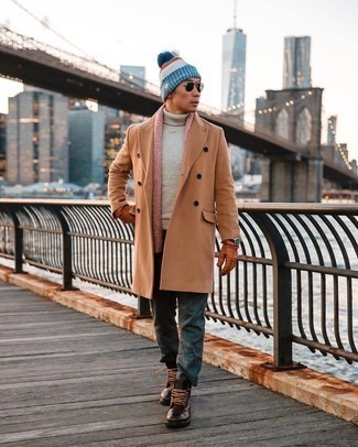 Dunkelgraue Chinohose kombinieren – 58 Winter Herren Outfits: Entscheiden Sie sich für einen camel Mantel und eine dunkelgraue Chinohose, wenn Sie einen gepflegten und stylischen Look wollen. Eine dunkelbraune Lederfreizeitstiefel sind eine ideale Wahl, um dieses Outfit zu vervollständigen. Schon ergibt sich ein trendiger Winter-Look.