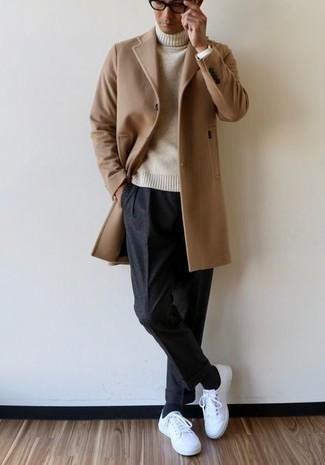 Dunkelgraue Chinohose kombinieren – 500+ Herren Outfits kalt Wetter: Vereinigen Sie einen camel Mantel mit einer dunkelgrauen Chinohose für Ihren Bürojob. Machen Sie diese Aufmachung leger mit weißen Segeltuch niedrigen Sneakers.