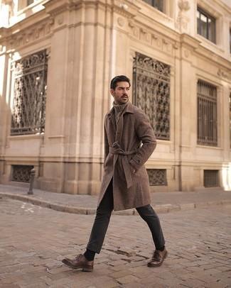 Dunkelgraue Chinohose kombinieren – 500+ Herren Outfits kalt Wetter: Tragen Sie einen braunen Mantel mit Hahnentritt-Muster und eine dunkelgraue Chinohose für einen für die Arbeit geeigneten Look. Fühlen Sie sich mutig? Ergänzen Sie Ihr Outfit mit braunen Leder Derby Schuhen.