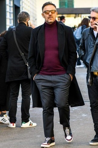 50 Jährige: Dunkelgraue Chinohose kombinieren – 33 Herren Outfits kalt Wetter: Kombinieren Sie einen schwarzen Mantel mit einer dunkelgrauen Chinohose für einen für die Arbeit geeigneten Look. Mehrfarbige hohe Sneakers aus Leder liefern einen wunderschönen Kontrast zu dem Rest des Looks.