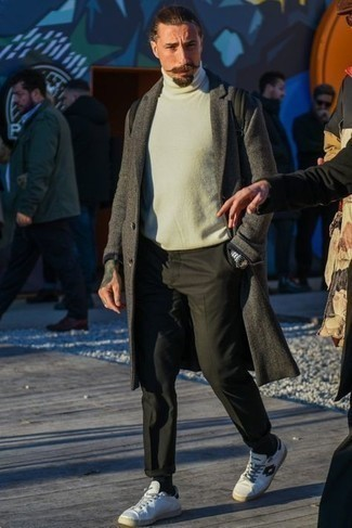 Smart-Casual Frühling Outfits Herren 2021: Paaren Sie einen grauen Mantel mit einer dunkelgrünen Chinohose für Drinks nach der Arbeit. Machen Sie diese Aufmachung leger mit weißen bedruckten Leder niedrigen Sneakers. Schon haben wir ein cooler Look in der Übergangszeit.