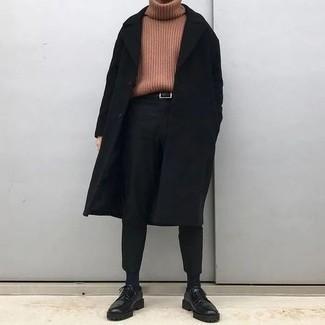 Schwarze klobige Leder Derby Schuhe kombinieren – 74 Herren Outfits: Kombinieren Sie einen schwarzen Mantel mit einer schwarzen Chinohose für Drinks nach der Arbeit. Entscheiden Sie sich für schwarzen klobigen Leder Derby Schuhe, um Ihr Modebewusstsein zu zeigen.