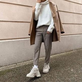 kühl Wetter Outfits Herren 2021: Kombinieren Sie einen camel Mantel mit einer grauen Chinohose mit Karomuster für Ihren Bürojob. Suchen Sie nach leichtem Schuhwerk? Entscheiden Sie sich für hellbeige Sportschuhe für den Tag.
