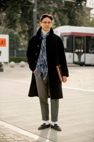 Graue Wollchinohose kombinieren – 248 Herren Outfits: Erwägen Sie das Tragen von einem schwarzen Mantel und einer grauen Wollchinohose, um einen eleganten, aber nicht zu festlichen Look zu kreieren. Fügen Sie dunkelgrauen Wildleder Slipper mit Quasten für ein unmittelbares Style-Upgrade zu Ihrem Look hinzu.