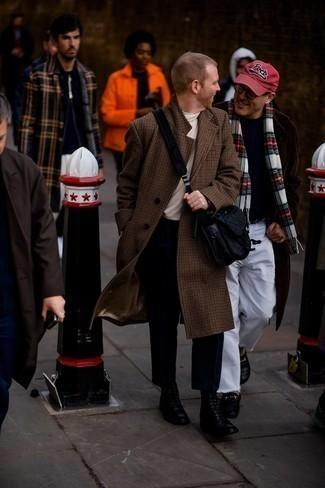30 Jährige: Outfits Herren 2021: Paaren Sie einen braunen Mantel mit Hahnentritt-Muster mit einer schwarzen Chinohose für einen für die Arbeit geeigneten Look. Eine schwarze Lederfreizeitstiefel sind eine perfekte Wahl, um dieses Outfit zu vervollständigen.