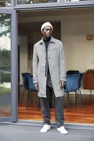 30 Jährige: Dunkelgraue Chinohose kombinieren – 331 Herren Outfits kalt Wetter: Tragen Sie einen grauen Mantel mit Hahnentritt-Muster und eine dunkelgraue Chinohose, um einen eleganten, aber nicht zu festlichen Look zu kreieren. Fühlen Sie sich mutig? Komplettieren Sie Ihr Outfit mit weißen Segeltuch niedrigen Sneakers.
