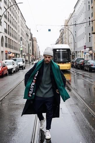 Weiße und grüne Leder niedrige Sneakers kombinieren – 2 Winter Herren Outfits: Tragen Sie einen schwarzen Mantel und eine dunkelblaue Chinohose, wenn Sie einen gepflegten und stylischen Look wollen. Suchen Sie nach leichtem Schuhwerk? Ergänzen Sie Ihr Outfit mit weißen und grünen Leder niedrigen Sneakers für den Tag. Dieses Outfit eignet sich super für den Winter.