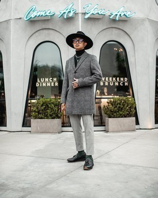 Transparente Sonnenbrille kombinieren – 500+ Herren Outfits kühl Wetter: Für ein bequemes Couch-Outfit, tragen Sie einen grauen Mantel mit Schottenmuster und eine transparente Sonnenbrille. Entscheiden Sie sich für schwarzen Leder Slipper mit Quasten, um Ihr Modebewusstsein zu zeigen.