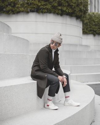 Dunkelgraue Chinohose kombinieren – 448 Smart-Casual Herren Outfits kalt Wetter: Kombinieren Sie einen dunkelbraunen Mantel mit einer dunkelgrauen Chinohose, um einen eleganten, aber nicht zu festlichen Look zu kreieren. Fühlen Sie sich ideenreich? Vervollständigen Sie Ihr Outfit mit weißen bedruckten Segeltuch niedrigen Sneakers.