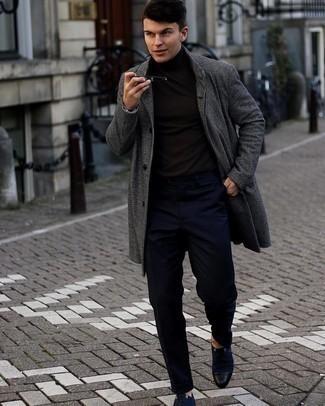 kühl Wetter Outfits Herren 2021: Die modische Kombination aus einem dunkelgrauen Mantel mit Karomuster und einer dunkelblauen Chinohose ist perfekt für einen Tag im Büro. Entscheiden Sie sich für dunkelblauen Segeltuch Derby Schuhe, um Ihr Modebewusstsein zu zeigen.