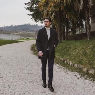 kalt Wetter Outfits Herren 2021: Vereinigen Sie einen dunkelgrauen Mantel mit einer dunkelblauen Chinohose für Ihren Bürojob. Fügen Sie schwarzen Leder Oxford Schuhe für ein unmittelbares Style-Upgrade zu Ihrem Look hinzu.