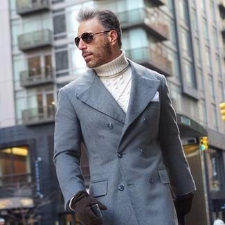 Wie kombinieren: grauer Mantel, weißer Strick Rollkragenpullover, weißes Einstecktuch, schwarze Wildlederhandschuhe