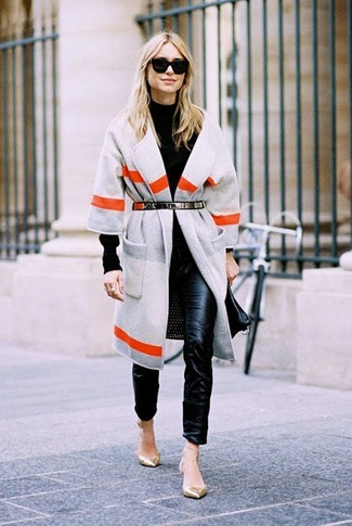 Wie kombinieren: grauer horizontal gestreifter Mantel, schwarzer Rollkragenpullover, schwarze enge Hose aus Leder, goldene Leder Ballerinas