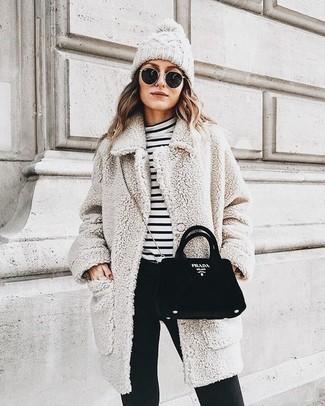 Wie kombinieren: hellbeige Fleece-Mantel, weißer und schwarzer horizontal gestreifter Rollkragenpullover, schwarze enge Hose, schwarze Wildleder Umhängetasche