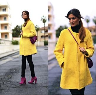 Wie kombinieren: gelber Mantel, schwarzer Rollkragenpullover, schwarze enge Jeans, lila Wildleder Stiefeletten
