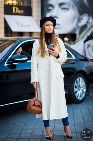 Miroslava Duma trägt Weißer Mantel, Schwarzer Rollkragenpullover, Blaue Enge Jeans, Schwarze Leder Pumps