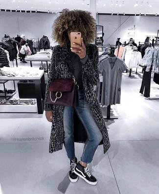 Wie kombinieren: grauer Mantel mit Leopardenmuster, dunkelgrauer Rollkragenpullover, dunkelblaue enge Jeans, schwarze und weiße hohe Sneakers aus Segeltuch