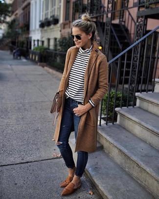 Braune Leder Slipper kombinieren: trends 2020: Wenn Sie nach dem idealen legeres Outfit suchen, probieren Sie diese Kombination aus einem beige Mantel und dunkelblauen engen Jeans mit Destroyed-Effekten. Komplettieren Sie Ihr Outfit mit braunen Leder Slippern, um Ihr Modebewusstsein zu zeigen.