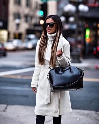 Wie kombinieren: weißer Mantel, weißer Strick Rollkragenpullover, schwarze enge Jeans, schwarze Shopper Tasche aus Leder