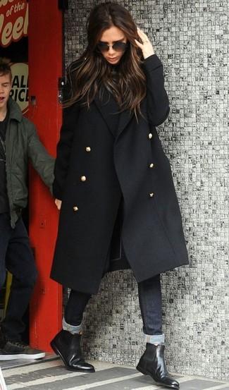 Wie kombinieren: schwarzer Mantel, schwarzer Rollkragenpullover, schwarze enge Jeans, schwarze Chelsea-Stiefel aus Leder