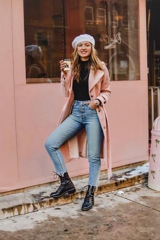 Schwarze flache Stiefel mit einer Schnürung aus Leder kombinieren: trends 2020: Probieren Sie diese Kombination aus einem rosa Mantel und hellblauen engen Jeans, um einen interessanten Alltags-Look zu erzeugen. Wenn Sie nicht durch und durch formal auftreten möchten, ergänzen Sie Ihr Outfit mit schwarzen flache Stiefel mit einer Schnürung aus Leder.