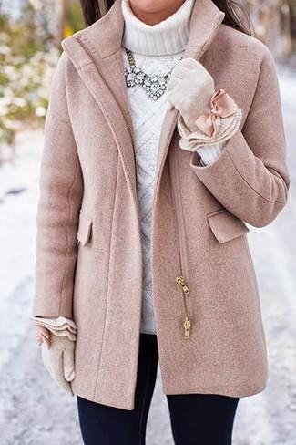 Wie kombinieren: rosa Mantel, weißer Strick Rollkragenpullover, schwarze enge Jeans, hellbeige Wollhandschuhe