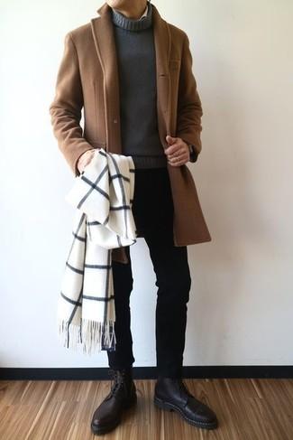 Wie kombinieren: brauner Mantel, dunkelgrauer Rollkragenpullover, schwarze enge Jeans, schwarze Lederformelle stiefel