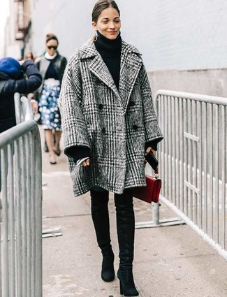 Wie kombinieren: grauer Mantel mit Schottenmuster, schwarzer Strick Rollkragenpullover, blaue enge Jeans, schwarze Overknee Stiefel aus Wildleder