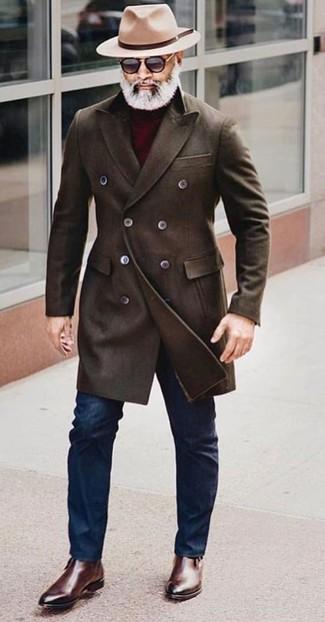 Wie kombinieren: dunkelbrauner Mantel, dunkelroter Rollkragenpullover, dunkelblaue enge Jeans, dunkelbraune Chelsea-Stiefel aus Leder