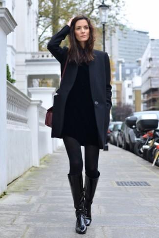 Wie kombinieren: schwarzer Mantel, schwarzer Rollkragenpullover, schwarze enge Jeans, schwarze kniehohe Stiefel aus Leder