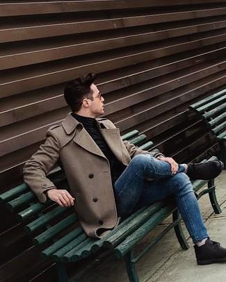 Wie kombinieren: brauner Mantel, schwarzer Rollkragenpullover, blaue enge Jeans, schwarze Chukka-Stiefel aus Wildleder