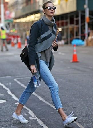 Hellblaue enge Jeans kombinieren: trends 2020: Probieren Sie diese Kombi aus einem dunkelgrauen Mantel und hellblauen engen Jeans, um ein schickes Casual-Outfit zu erhalten. Suchen Sie nach leichtem Schuhwerk? Wählen Sie weißen Segeltuch niedrige Sneakers für den Tag.